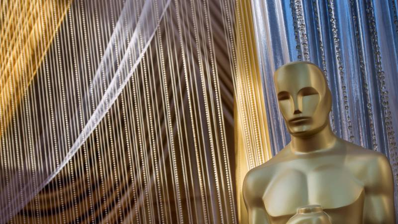 Oscars battle set to begin amid crystals and controversy