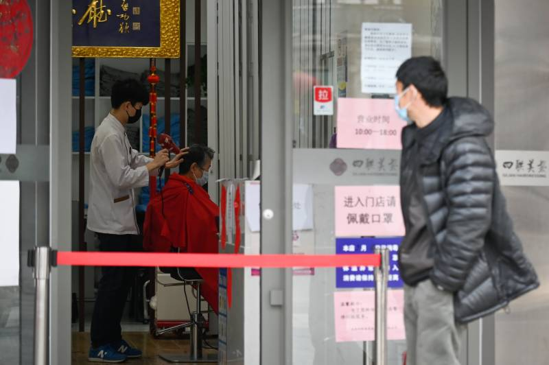 China reports 30 virus deaths, rise in imported cases