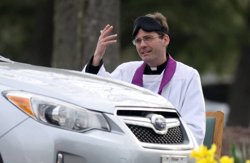 US priest offers drive-thru confessions