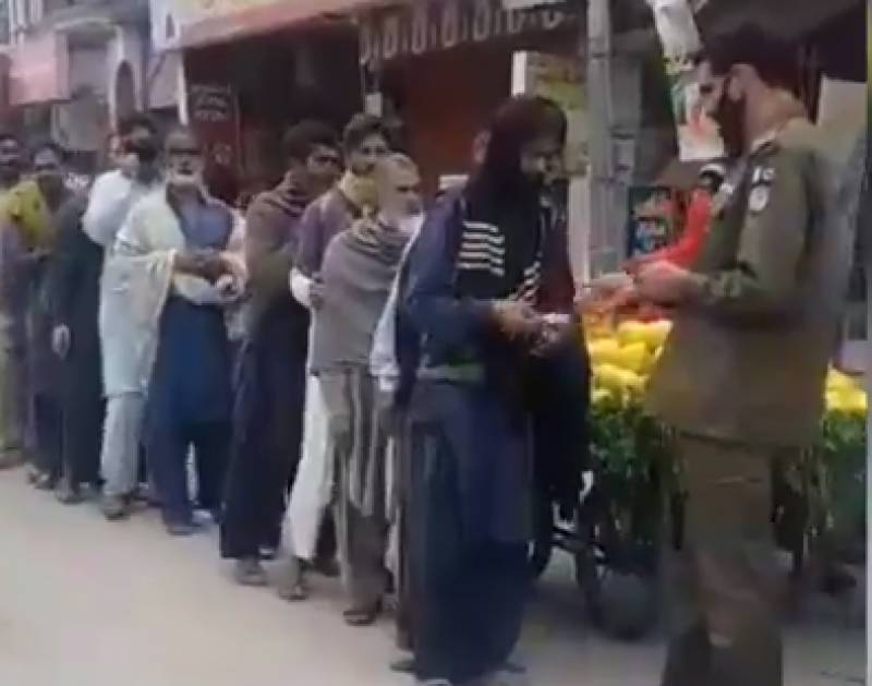 Gujranwala SHO distributes his entire salary among daily wagers
