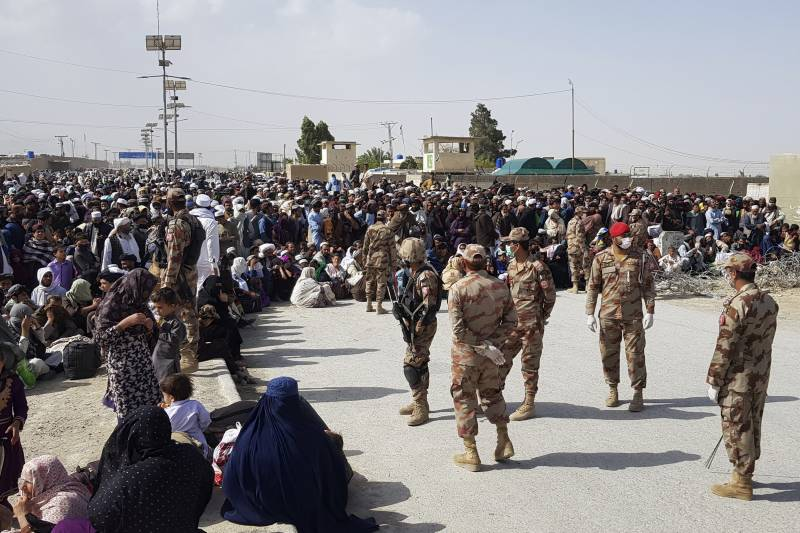 Thousands of Afghan nationals cross Torkham, Chaman borders
