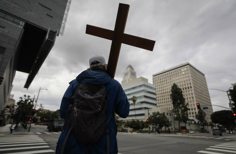 Handful of US states call for prayer, not confinement