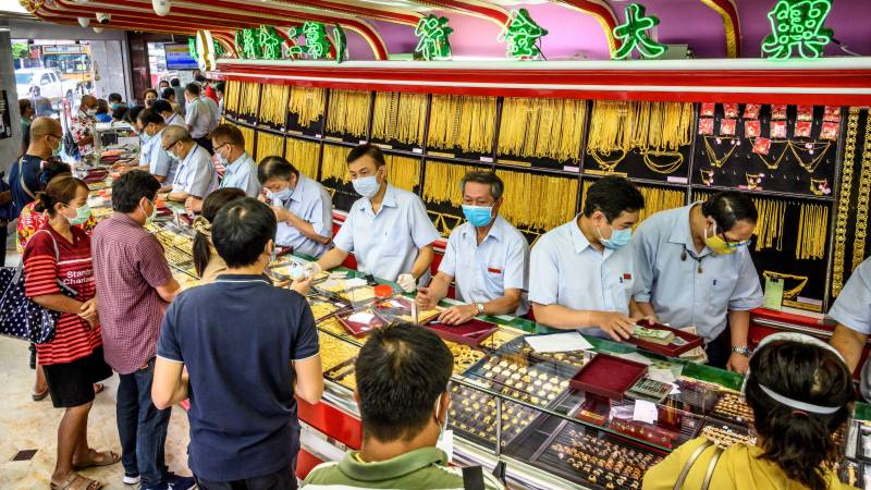 Gold glitters as cash-strapped Thais sell jewellery