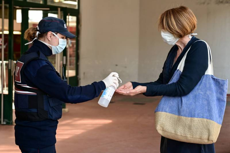France reports another 395 coronavirus deaths, total toll 19,718