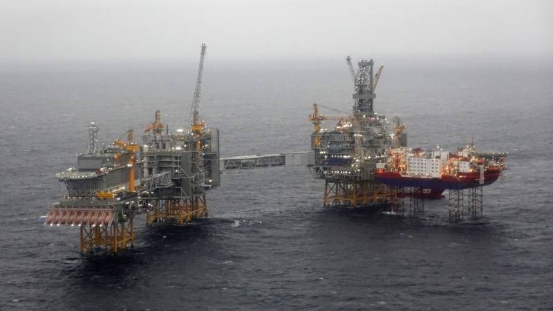 Oil prices collapse on storage fears, Asian equities mostly down