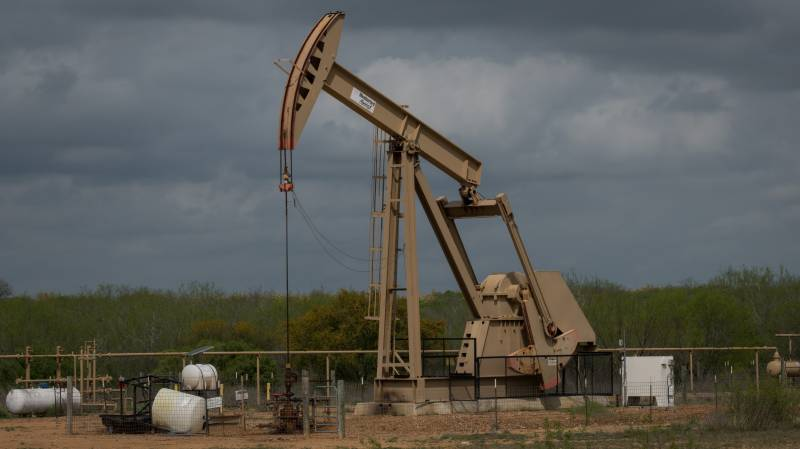 Oil collapses to $10 as world awash with crude