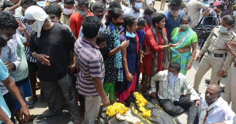 Indian protesters carry dead bodies into gas leak plant