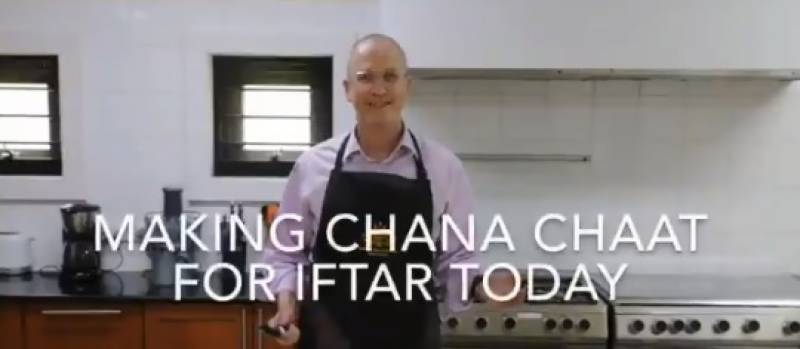 Australian envoy's first cooking experience in Pakistan: Chana Chaat