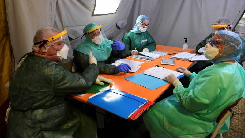 Italy says virus daily death toll under 100