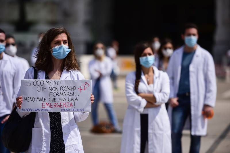 Young Italian doctors protest for education reform