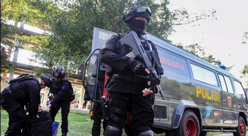 Indonesian policeman killed by sword-wielding militant
