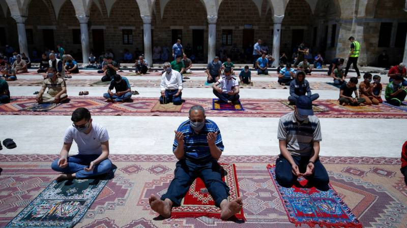 Joy in Gaza as mosques reopen after pandemic closure