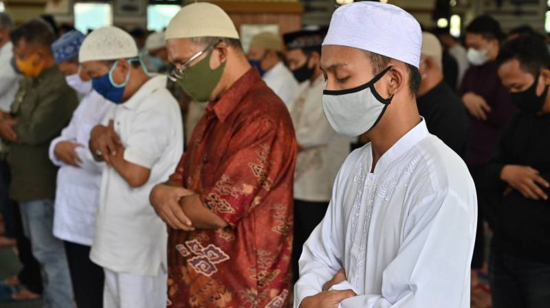 Indonesian capital opens mosques as lockdown eased