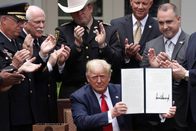 Trump signs order to reduce US police violence