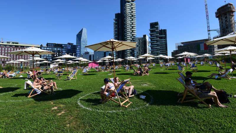 Europe basks in hot weather as experts fear virus risk