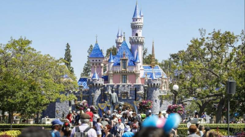 Disneyland in California delays reopening