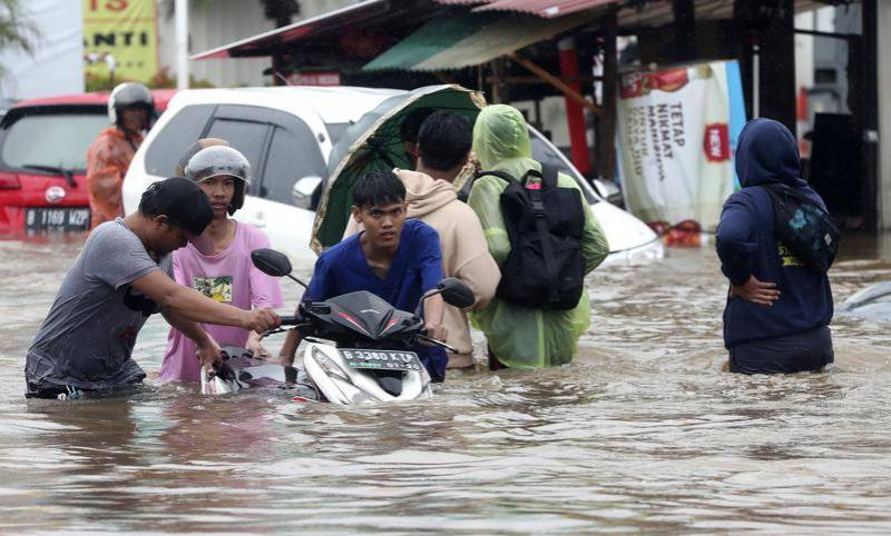 Indonesia floods death toll rises to 21