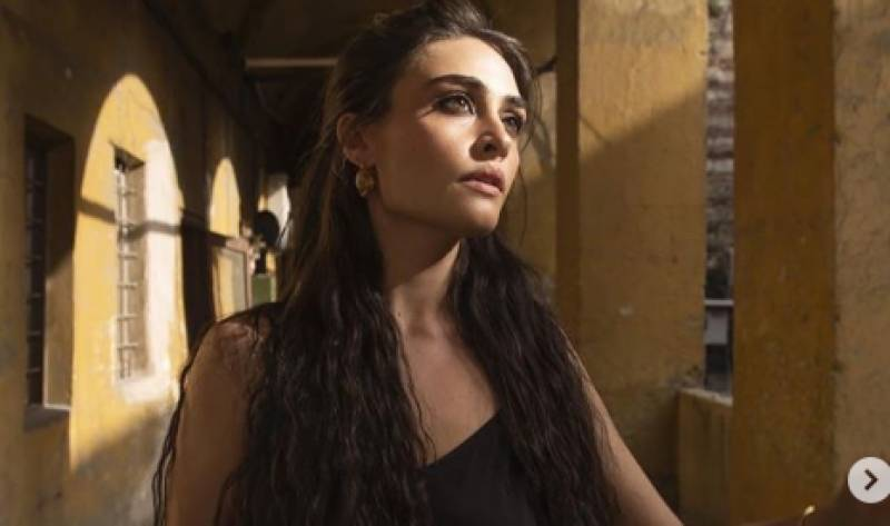 Ertugrul star Esra Bilgic looks breathtaking in black dress