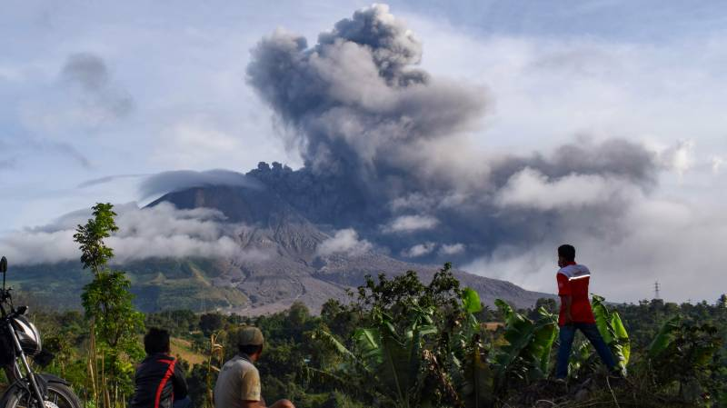 Flight warning as Indonesia's Mt Sinabung erupts again