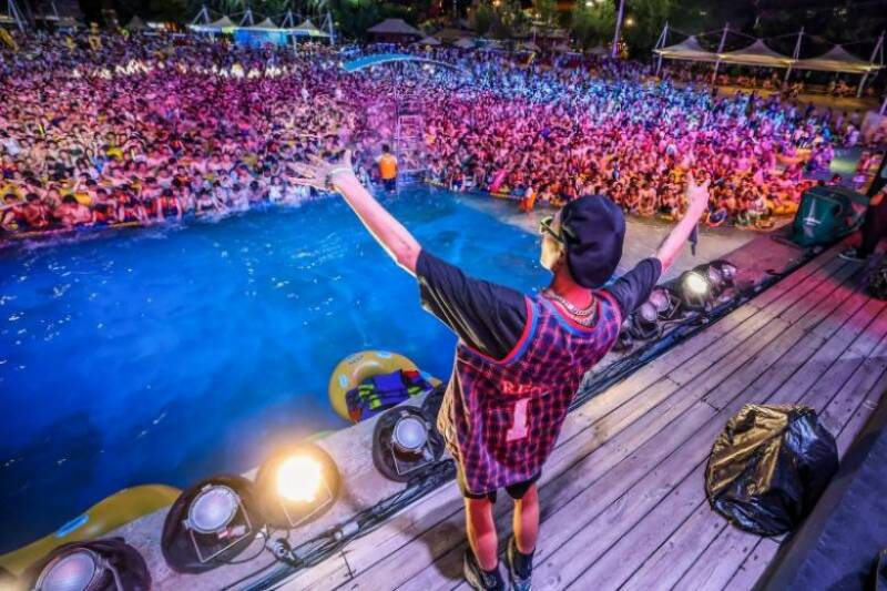 China partygoers cram into Wuhan water park