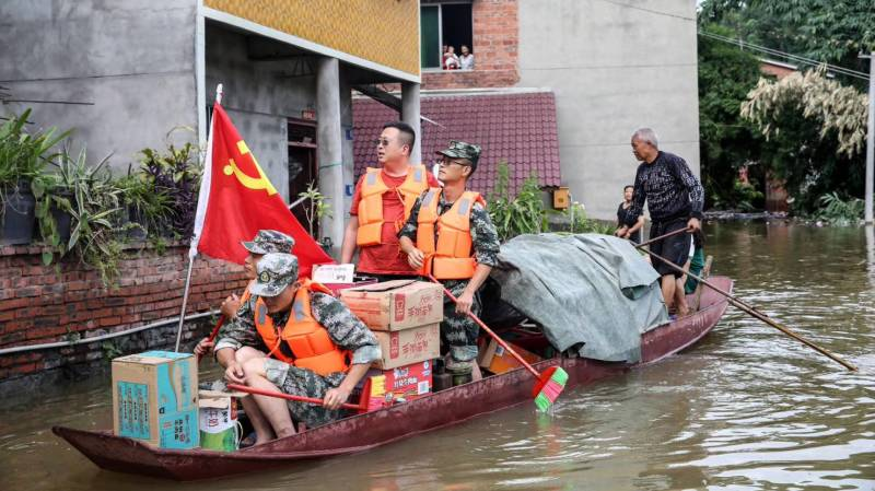 China floods force hundreds of thousands from homes