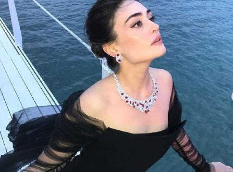 Esra Bilgic gives befitting reply to hater criticising her clothes