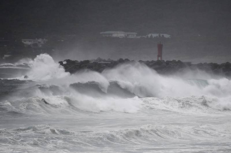 Powerful typhoon approaches Japan with violent winds, heavy rain