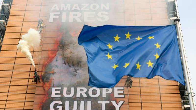 Greenpeace tackles EU on Amazon fires with banner stunt
