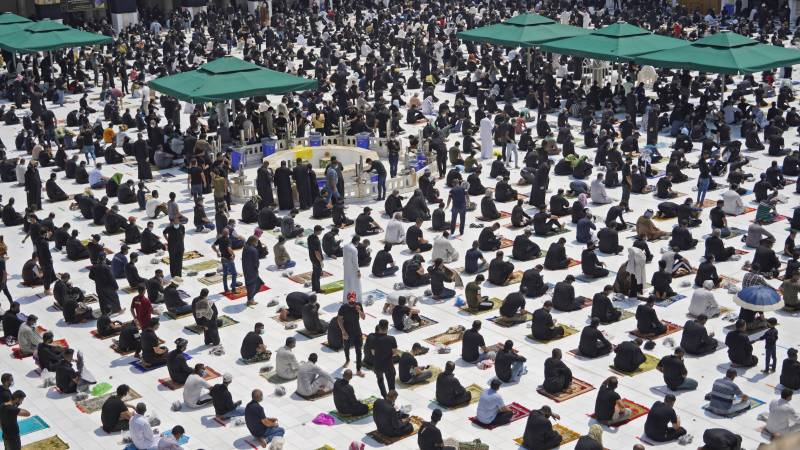 Thousands join Iraq's first Friday prayers since Covid-19