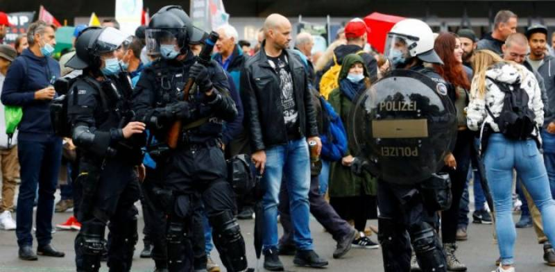 Swiss police disperse hundreds at 'illegal' street party