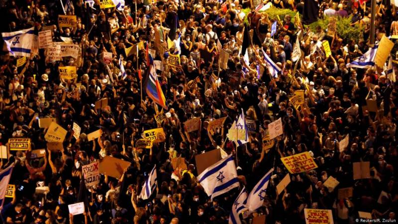 Thousands of Israelis in first protests since renewed lockdown