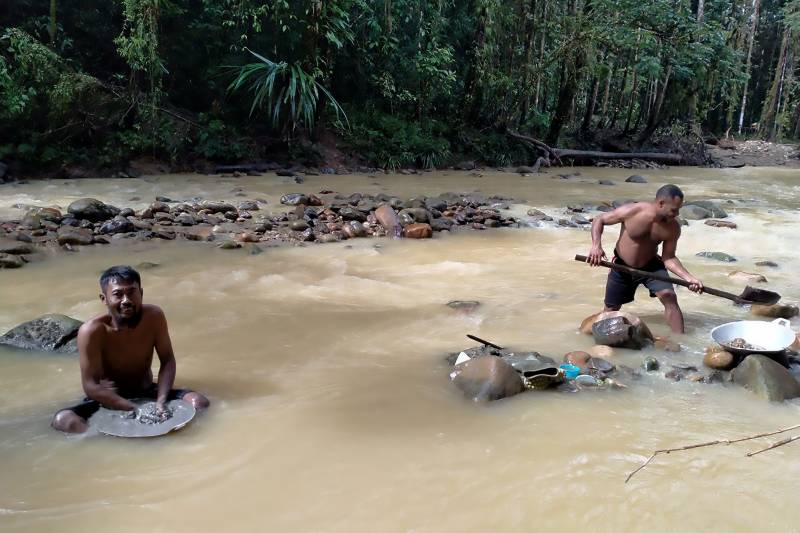 Indonesians hunt for gold in desperate times