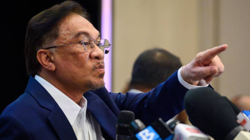 Malaysia's Anwar says has backing to form govt, PM stands firm