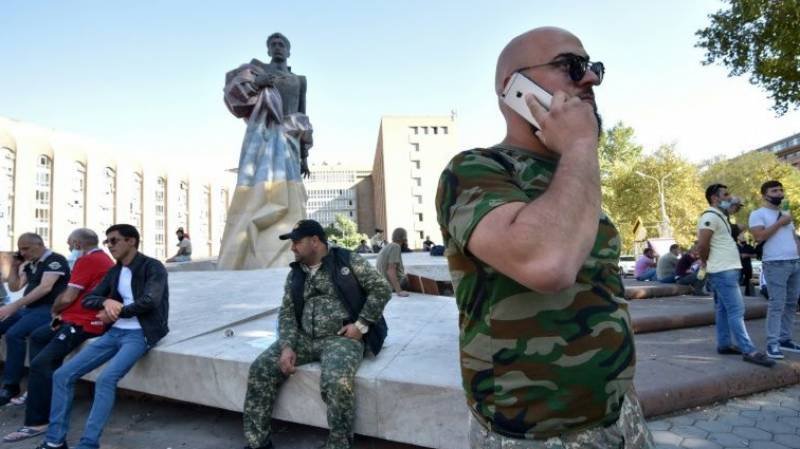 Exhausted Armenians gather at Karabakh border after fleeing fighting