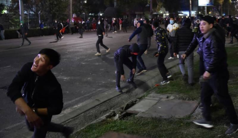 Kyrgyz protesters take govt house, free ex-leader after post-vote clashes