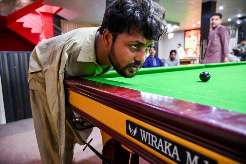 Arms-less Pakistani snooker player masters the game