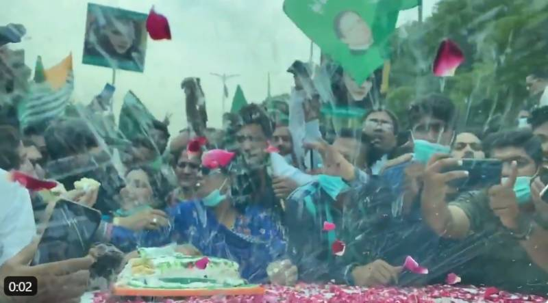 PML-N workers celebrate Maryam's birthday in advance