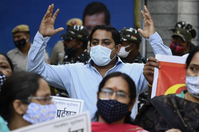 Indians get back to work, closing their eyes to pandemic