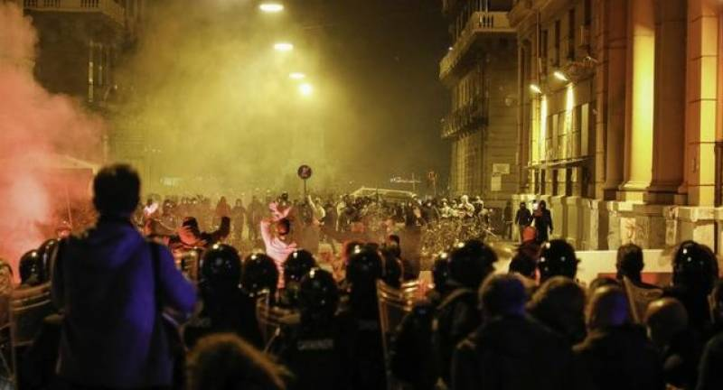 Hundreds clash with Naples police over virus curfew