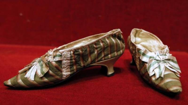 Marie-Antoinette's shoe to go on the block