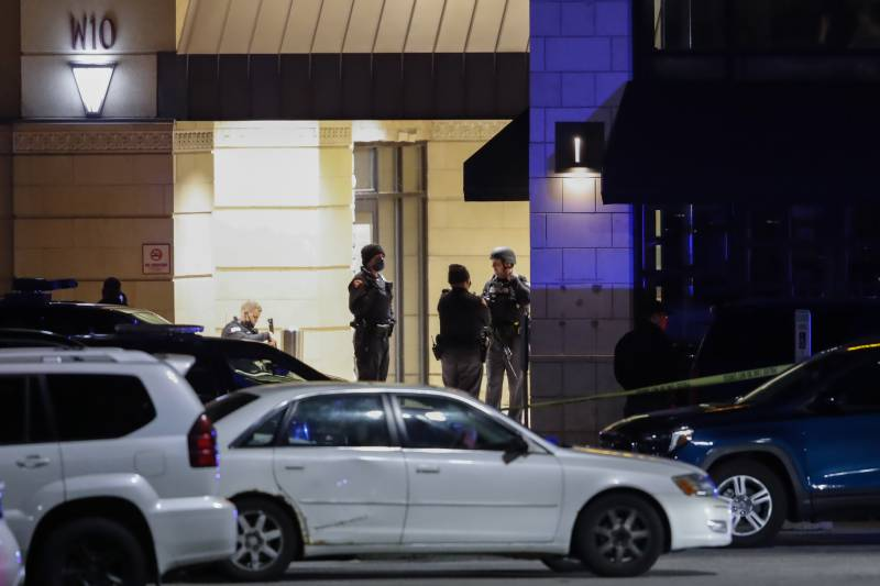 Eight hurt in shooting at US mall, gunman still at large