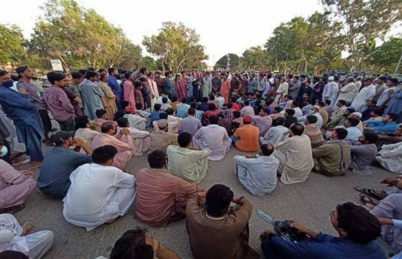 Steel Mills sacked workers protest outside SC to get CJP's attention