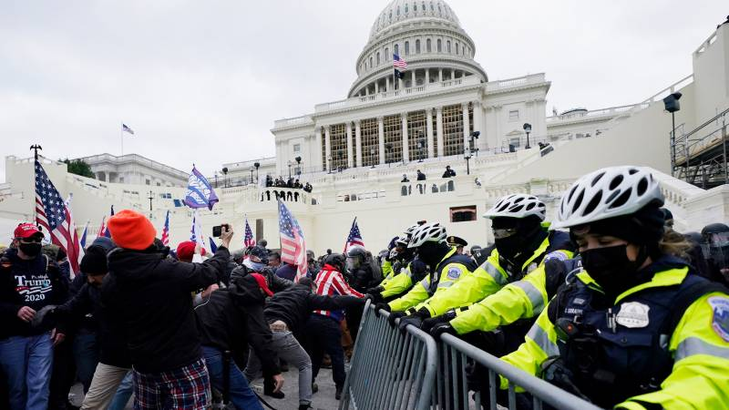 Guns out, windows smashed: Trump crowd turns Congress into battlefield