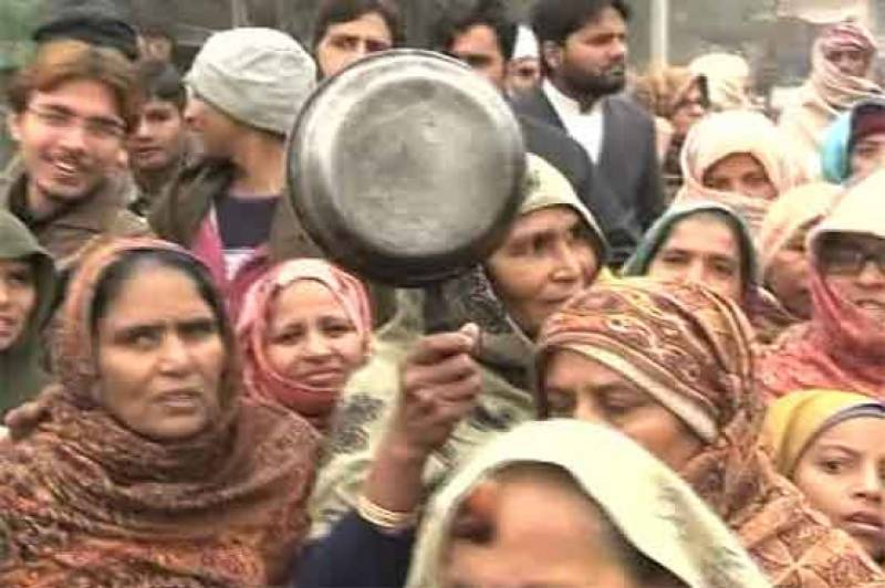 Hala women threaten to beat SSGC staff over gas outages