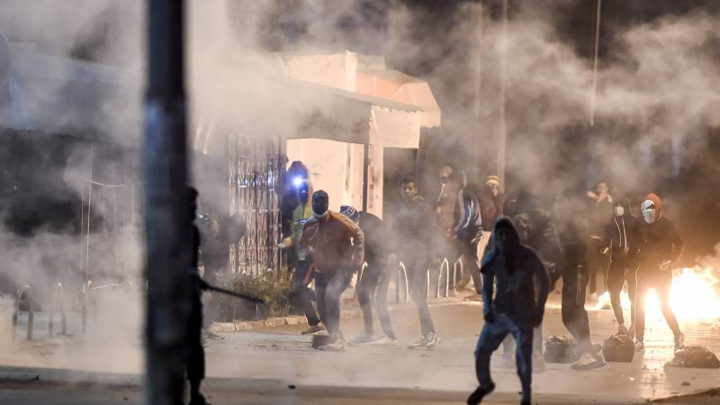 Tunisia arrests over 600, deploys troops after riots