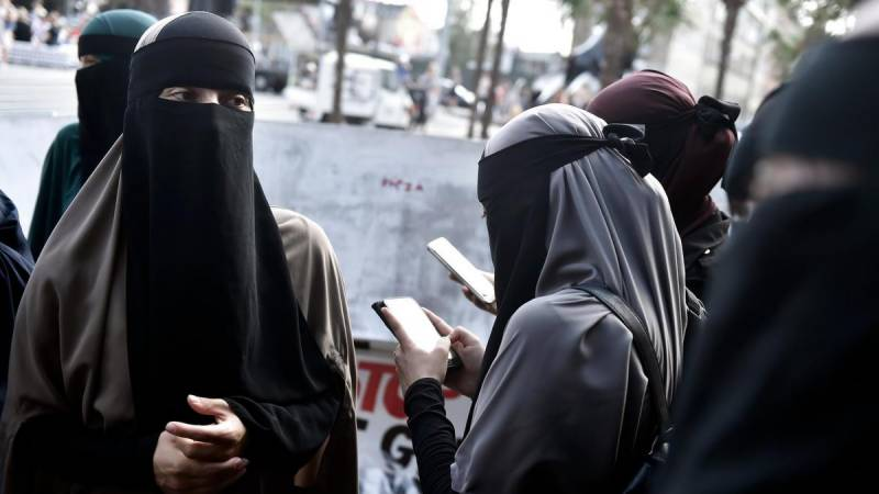 Swiss favour 'burqa ban', poll shows