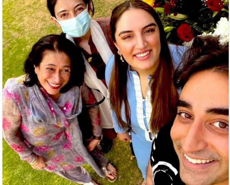 Bilawal takes selfie with his sisters and aunt Sanam Bhutto