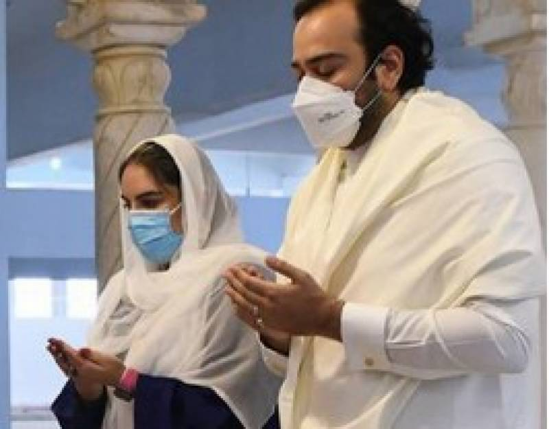 Bakhtawar, hubby Mahmood pay their respects at Bhutto family mausoleum