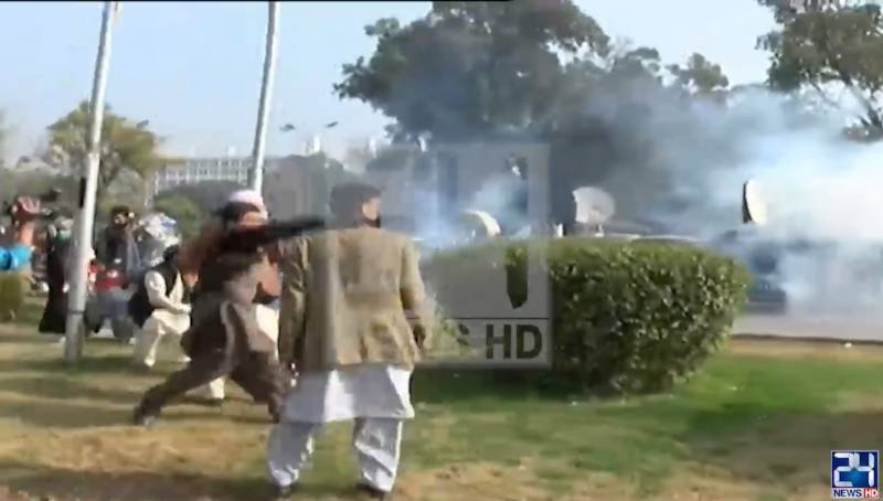 'Battlefield Islamabad' as police use force against protesting govt servants