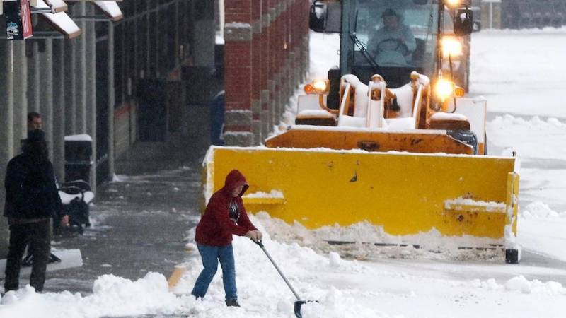 Deadly winter storm pushes into eastern US